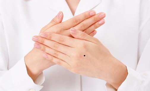 Ý nghĩa nốt ruồi trên mu bàn tay