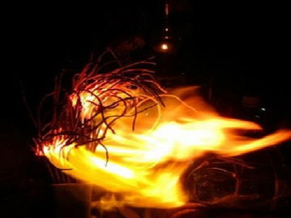bát hương bốc cháy dữ hay lành